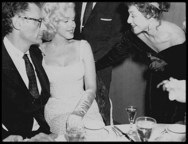 """18 Novembre 1957 / les époux MILLER assistèrent à la première de la pièce « Conversation Piece», pièce où jouait Joan COPELAND, la s½ur de MILLER puis se rendirent à la réception qui suivit au """"Barbizon Plaza Hotel"""" ."""