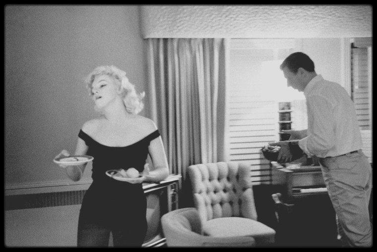 """1960 / Photos Bruce DAVIDSON, en 1960, durant le tournage de « Let's make love », Marilyn occupa avec Arthur MILLER le bungalow n°21, et le couple Yves MONTAND - Simone SIGNORET, le bungalow n°22 au """"Beverly Hills Hotel"""" ; certains soirs après les répétitions du film, les deux couples se retrouvaient pour dîner ensemble. C'est au cours de cette période qu'elle eut une liaison avec MONTAND :  Le rez-de-chaussée du bungalow était occupé à cette époque par Howard HUGHES et son épouse, l'actrice Jean PETERS (elle était apparue aux côtés de Marilyn dans « Niagara »."""