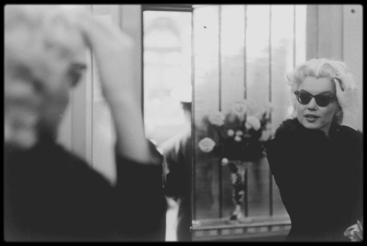 1955 / Photos Ed FEINGERSH, Marilyn dans les rues de New-York se rend à l'institut de beauté Elizabeth ARDEN.