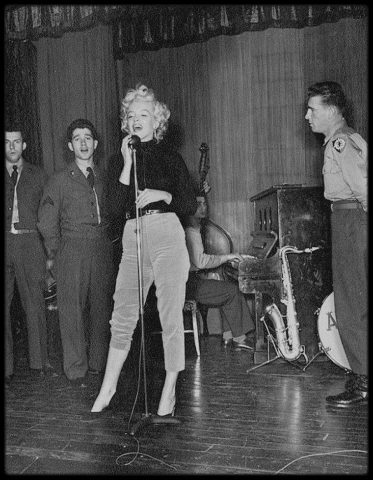 1954 / Marilyn lors de sa tournée de chant en Corée visitant un hôpital accompagnée d'une amie, Jean O'DOUL. Elle donnera un mini spectacle au sein même de l'hôpital pour les soldats blessés.