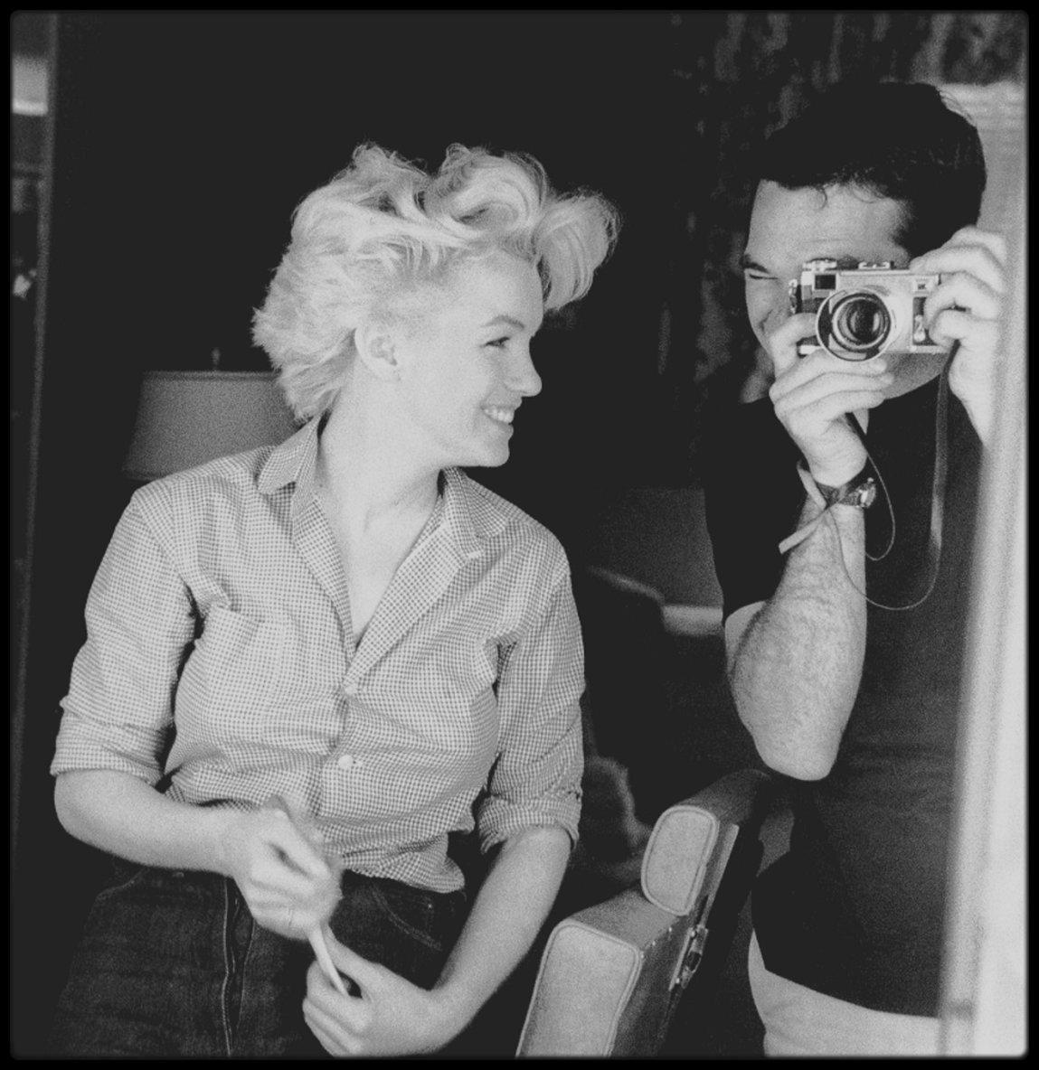 1955 / Photos Milton GREENE, Marilyn dans sa loge en plein préparatif pour une session photos avec le célèbre photographe.