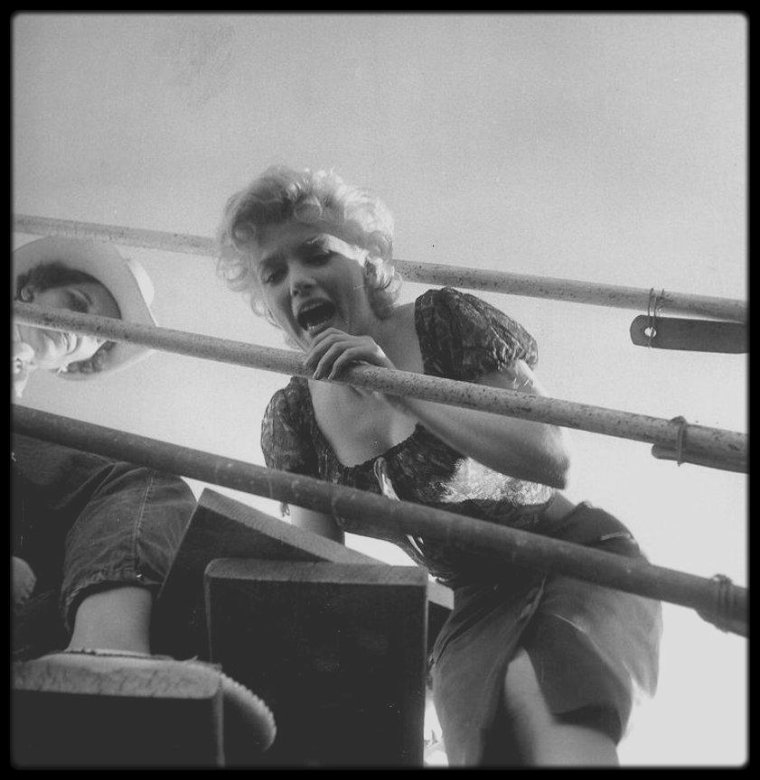 "1956 / Marilyn on the set of ""Bus stop"". (quelques photos signées Milton GREENE)"