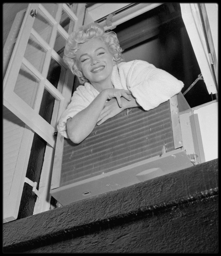 "New-York 1954, Marilyn lors du tournage du film ""The seven year itch"", photos prisent à la fenêtre d'un brownstone typique de la ville, situé au 164 East, 61st Street. (photos Sam SHAW, Bob HENRIQUES)."