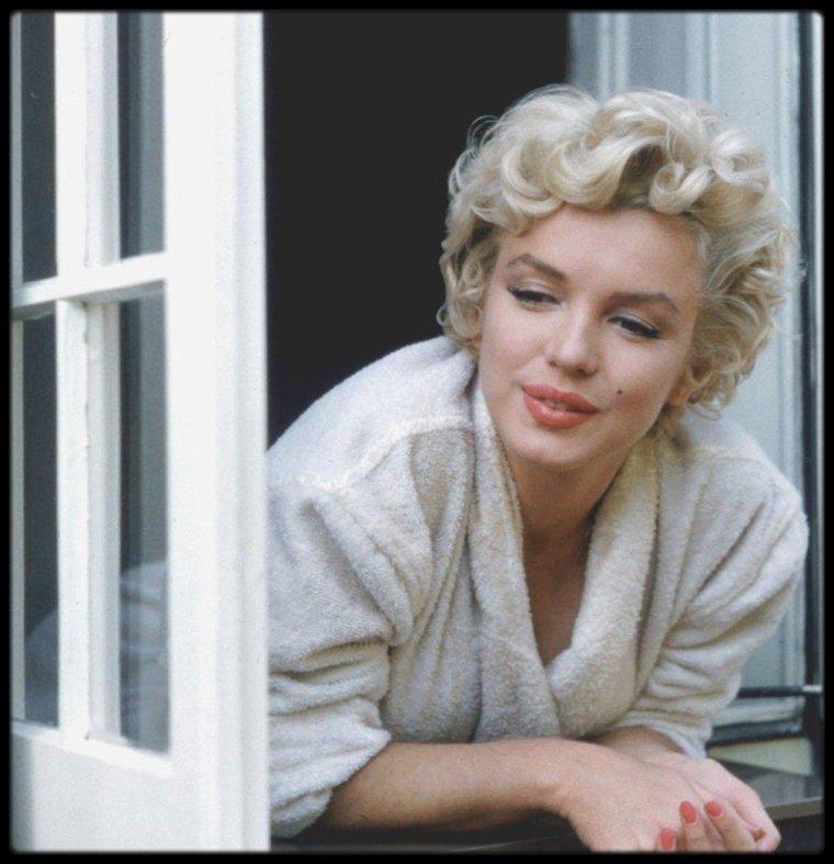 """New-York 1954, Marilyn lors du tournage du film """"The seven year itch"""", photos prisent à la fenêtre d'un brownstone typique de la ville, situé au 164 East, 61st Street. (photos Sam SHAW, Bob HENRIQUES)."""