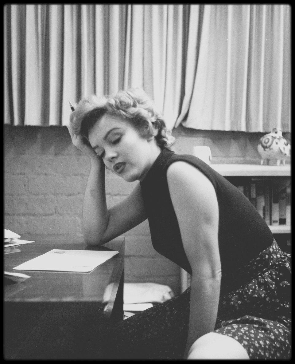"1951 / Photos Phil BURCHMAN, Marilyn dans sa chambre au ""Beverly Carlton Hotel""."