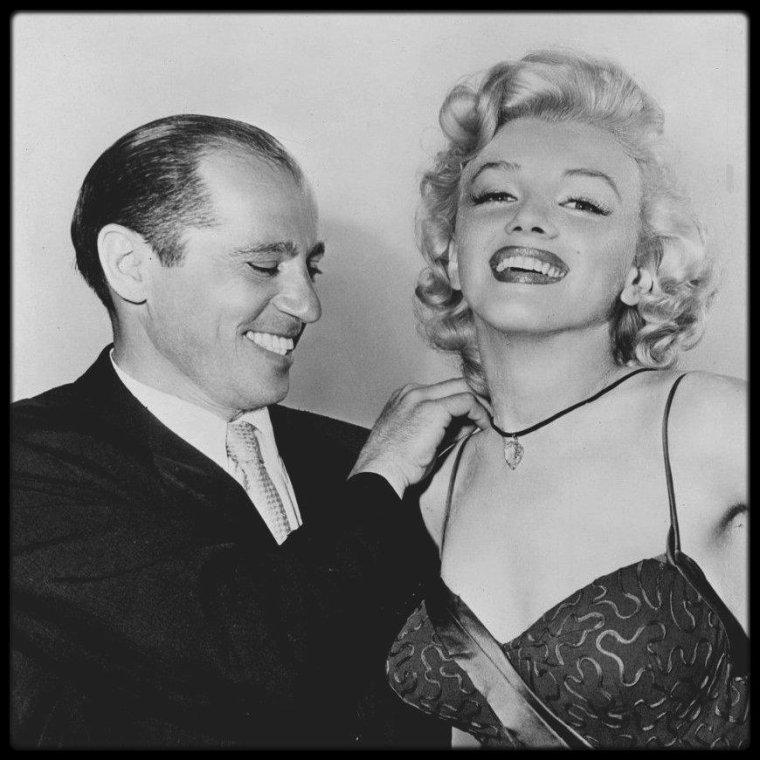 8 Juillet 1953 /  A l'occasion de la sortie de « Gentlemen prefer blondes »,  Marilyn reçoit le prix de «  The best friend a diamond ever had » (« La meilleure amie des diamants ») par l'Académie de joaillerie.
