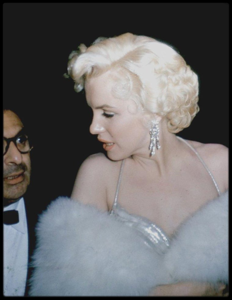 """8 Mars 1954 / Sidney SKOLSKY accompagna Marilyn à la remise du prix de « La meilleure actrice » pour ses rôles dans « Gentlemen prefer blondes » et « How to marry a millionaire », décerné par le magazine """"Photoplay"""" au """"Beverly Hills Hotel"""" .Marilyn et Sidney allèrent ensuite boire un verre dans la suite qu'elle avait louée au """"Beverly Hills Hotel""""."""