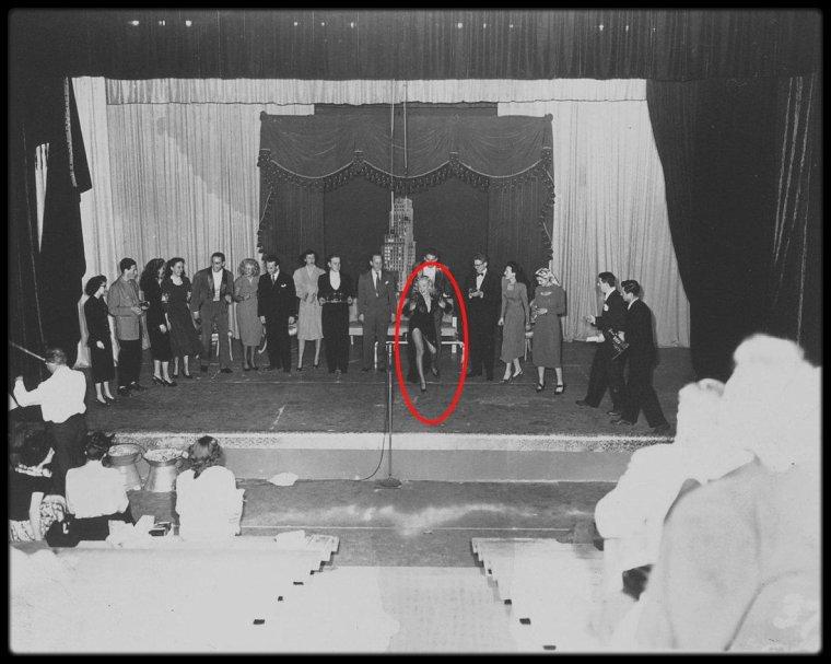 """1948 / Marilyn  apparait dans le spectacle des jeunes talents de la Fox """"Strictly for Kicks"""" présenté aux employés de la firme."""