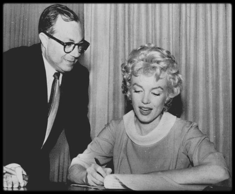 "25 Avril 1958 / Marilyn signe le contrat pour le film ""Some like it hot"" avec Walter MIRISCH."