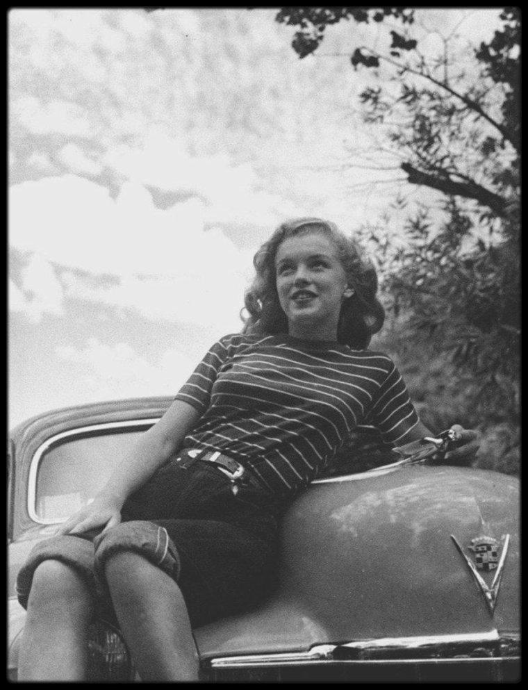 "1946 /  Photo Richard WHITEMAN, young Marilyn (Norma-Jeane) alors modèle pour la ""Blue Book Models Agency""."