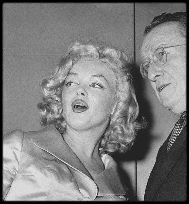 """28 Janvier 1957 / Marilyn participe au show annuel de mode au """"Waldorf Astoria"""", dont les bénéfices sont versés à l'Association """"March of dimes"""", Association aidant la recherche contre la vaccination anti-polio. Tout au long de sa vie, Marilyn a fait de nombreux dons pour des Associations caritatives diverses..."""
