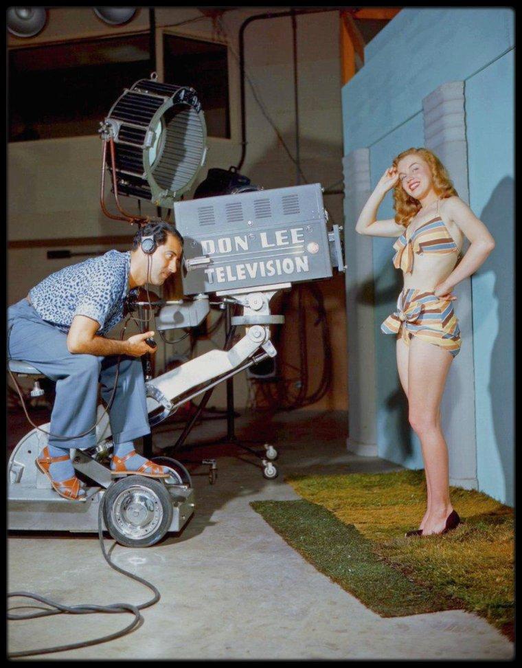 "1946 / Young Marilyn dans les coulisses d'une session photos avec Bruno BERNARD dit ""Bernard of Hollywood""."