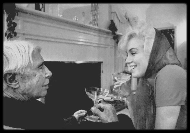 20 Janvier 1962 / Marilyn rencontra le poète Carl SANDBURG qui était à Los Angeles, car il co-écrivait un scénario de film. Le photographe Arnold NEWMAN immortalisa le moment chez le producteur Henry WEINSTEIN et son épouse Irena, qui habitaitent à Beverly Hills.