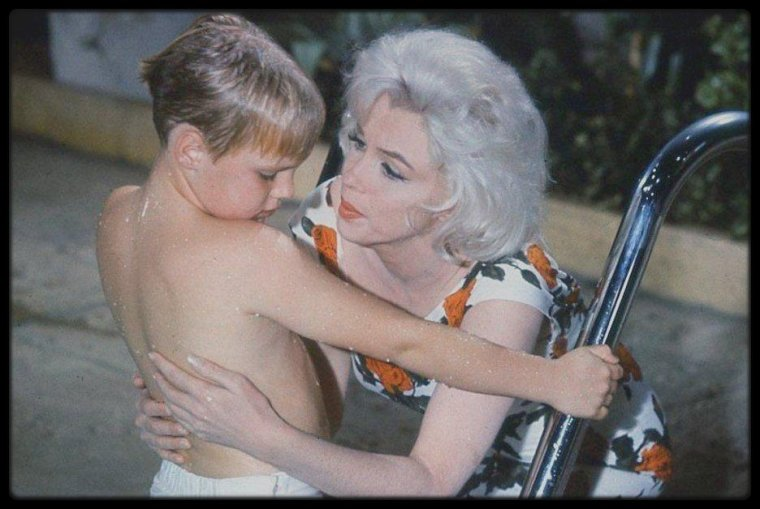 "1962 / Marilyn lors du tournage du film ""Something's got to give"" dans la scène des enfants dans la piscine."