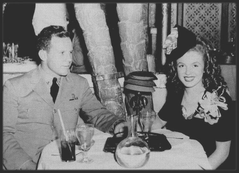 """1946 / Future Marilyn as Norma Jeane et son premier mari James DOUGHERTY lors d'une soirée au """"Cocoanut grove"""" de l""""Ambassador Hotel."""
