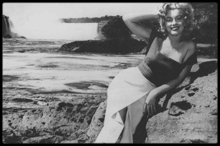 1952 / Marilyn photographiée par son ami et maquilleur Allan SNYDER près des chutes du Niagara, lors du tournage du film portant le même nom.