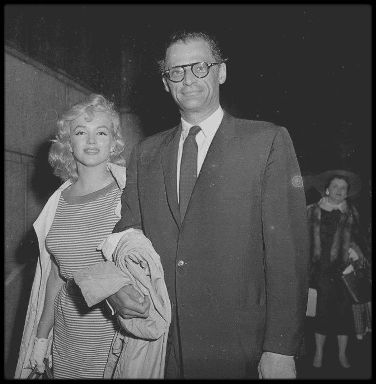 23 Mai 1957 / Jour de la fin du procès d'Arthur MILLER (en rapport avec les intellectuels communistes), Marilyn sortant de la maison de Joseph RAUH (avocat de MILLER), à Washington. Au sortir du tribunal, Arthur récupère sa femme et tout deux prennent la direction de la gare pour regagner New York. Il s'avèra par la suite que MILLER gagna le procès.
