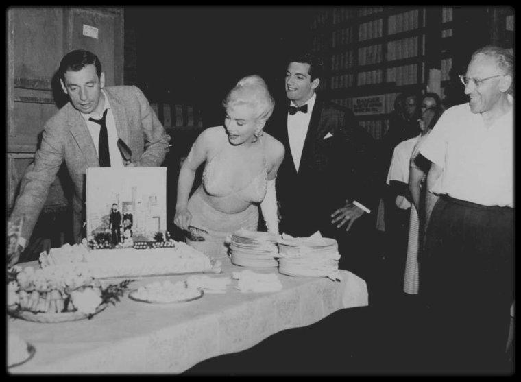 """1er Juin 1960 / Marilyn apprécia que l'équipe du film """"Let's make love"""" célèbre son trente-quatrième anniversaire. Le soir, Rupert ALLAN, son attaché de presse, donna en son honneur un dîner chez lui, à """"Seabright Place"""", sur les hauteurs de Beverly Hills. Elle discuta longuement du théâtre américain avec l'écrivain Tennessee WILLIAMS."""