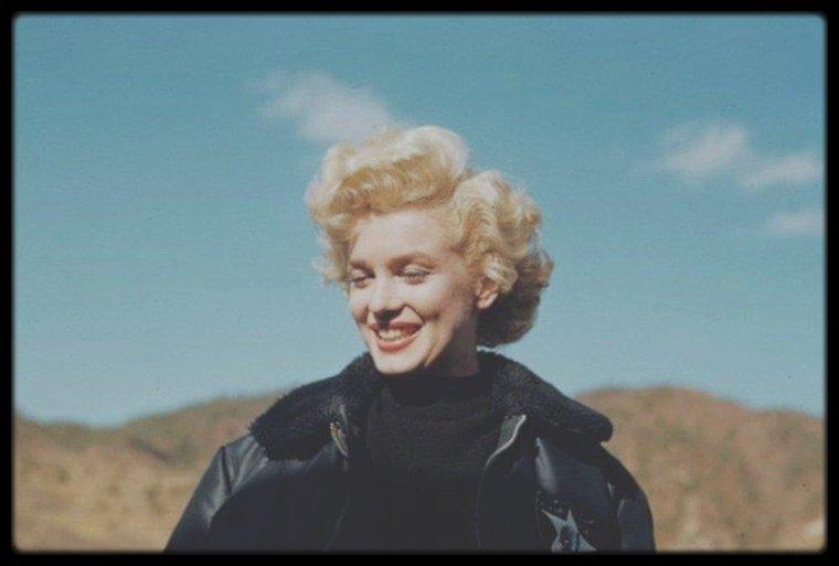 """16 au 20 Février 1954 / Marilyn effectue une tournée de chant afin de remonter le moral des troupes en Corée (PART 2). / En février 1954, Marilyn arrive en Corée. Il fait un froid polaire, la guerre est dure pour les GI et les conditions sont terribles. Mais Marilyn, qui vient d'interrompre son voyage de noces pour aller chanter en Corée - son mari Joe DiMAGGIO est resté au Japon pour le démarrage de la saison de base-ball - n'en a cure. Elle sent que le public l'adore. Et c'est vrai : en quatre jours, elle donne 10 shows, parfois face à un public de 17 000 spectateurs. """"Debout, sous la neige, face aux soldats, j'ai senti, pour la première fois de ma vie, que je n'avais peur de rien. J'étais heureuse"""", avouera-t-elle plus tard."""