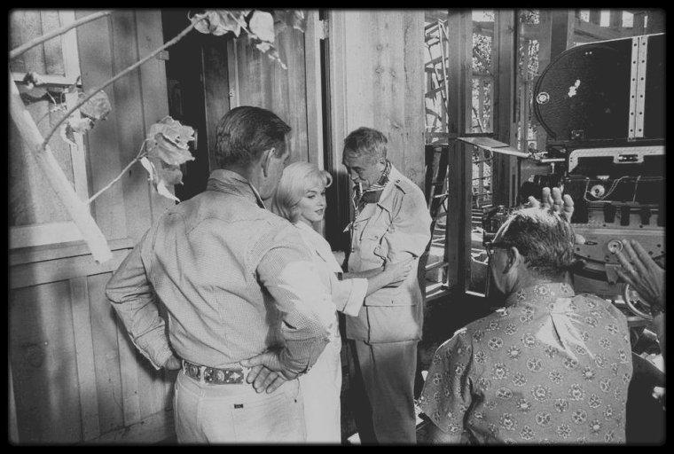 """1960 / Marilyn en peignoir lors du tournage du film """"The misfits"""" discutant d'une scène se déroulant avec Clark GABLE, avec John HUSTON et son mari Arthur MILLER. (photos signées Eve ARNOLD et Inge MORATH)."""