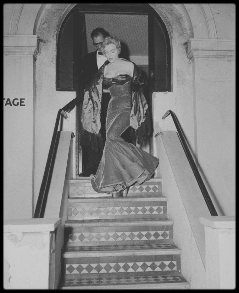 """12 Octobre 1956 / MILLER et Marilyn, Laurence OLIVIER et Vivien LEIGH, et Jack CARDIFF et son épouse se retrouvèrent pour prendre l'apéritif au """"Lowndes Cottage"""", à Belgravia à Londres, avant d'assister à la première de « A view from the bridge » (Vu du pont)  la pièce de MILLER, au """"Comedy Theater""""."""