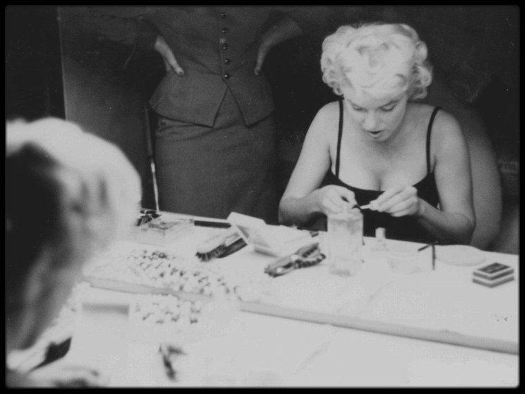 1954 / Photos Sam SHAW, séance de maquillage pour Marilyn dans sa loge.