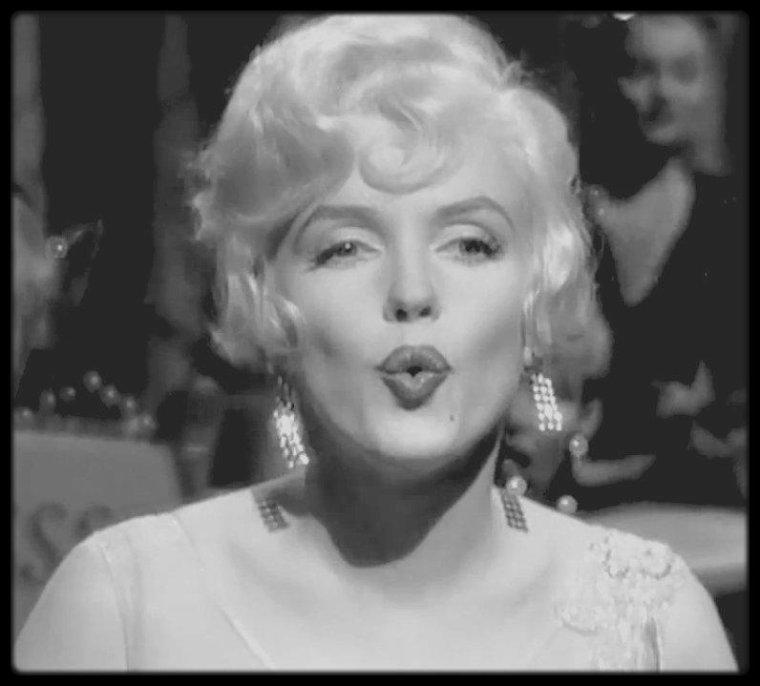 """1958 / Marilyn chante """"I wanna be loved by you"""" dans le film """"Some like it hot"""" de Billy WILDER, sorti en 1959."""