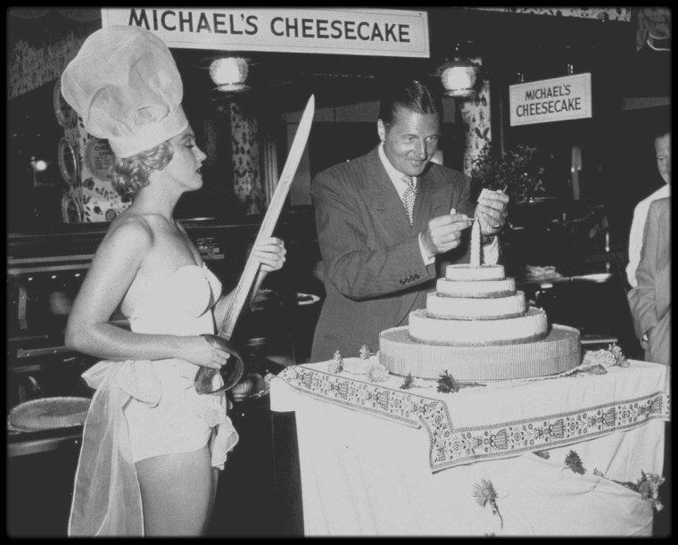 """3 Août 1951 /  Marilyn, « Miss Cheesecake 1952 » par le magazine """"Stars ans Stripes"""" (un journal de l'armée), participa à une soirée donnée en l'honneur de Michaël GASZYNSKI, un diplomate polonais qui fêtait ce soir là son obtention de la citoyenneté américaine. A cette occasion, elle fut photographiée au magasin """"Farmer's Market"""" à Hollywood."""
