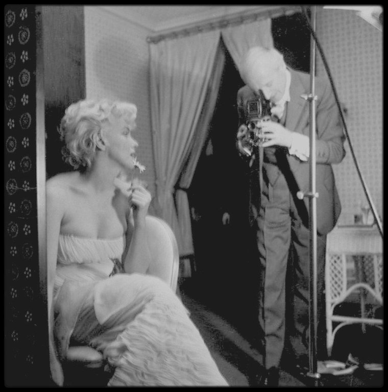 1956 / BACKSTAGE / Marilyn en plein travail, écoutant les conseils du photographe Cecil BEATON, pour des sessions photos avec ce dernier.