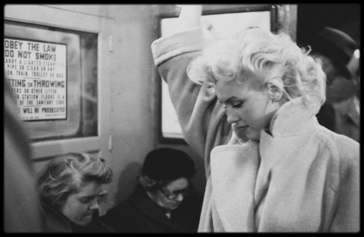 """1955 / Photos Ed FEINGERSH, Au fait de sa notoriété, Marilyn incognito dans le métro à la station """"Grand Central"""" direction """"Updown"""" de New-York."""