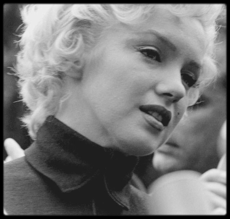 """6 Octobre 1954 / ANNONCE DE DIVORCE AVEC DiMAGGIO / Marilyn et son avocat, Jerry GIESLER, annoncèrent à la presse, devant la maison de """"North Palm Drive"""", qu'une procédure de divorce était engagée. Effondrée, elle se dirigea vers une voiture qui l'emmena d'abord chez Leon KROHN, ensuite au studio. Deux heures plus tard, elle était revenue et se couchait. Joe ne considéra pas l'engagement de la procédure de divorce comme la fin de leur relation ; il pensait qu'il pouvait regagner Marilyn et qu'elle subissait simplement de mauvaises influences."""