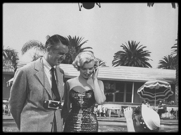 """1951 / Marilyn lors du tournage du film """"Let's make it legal"""" (Chéri, divorçons), notamment avec les acteurs Robert WAGNER, Barbara BATES ou encore MacDonald CAREY. Ce film fait partie de la rapide succession de douze films que Marilyn tourna au début des années 1950. La Fox s'efforçait alors de glisser un rôle pour sa nouvelle égérie dans chacune de ses productions. Le personnage secondaire joué par Marilyn n'avait pas demandé de gros efforts d'imagination au scénariste I.A.L. DIAMOND.  Les retards de Marilyn provoquèrent une scène avec Richard SALE, le réalisateur : il exigea des excuses devant toute l'équipe. Marilyn quitta vivement le plateau mais revint, penaude."""
