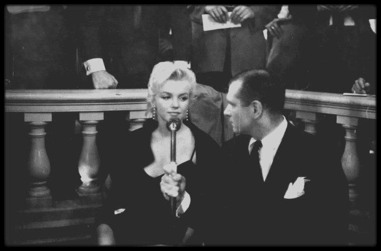 """9 Février 1956 / Photos Earl LEAF et Eve ARNOLD / C'est à midi, que se tint dans la Terrace room du """"Plaza Hotel"""", une conférence de presse pour annoncer, avec Marilyn et Laurence OLIVIER, Terence RATTIGAN et Milton GREENE, leur production de """"The Prince and the showgirl"""". Les deux acteurs se congratulèrent mutuellement devant plus de 150 journalistes et photographes. Il s'agissait d'un événement majeur qui allait réunir un grand tragédien anglais et le plus grand sex-symbol de l'Amérique. Bien qu'elle ait nié toute préméditation, Marilyn orchestra l'événement à la perfection, volant la vedette au « plus grand acteur vivant au monde »."""