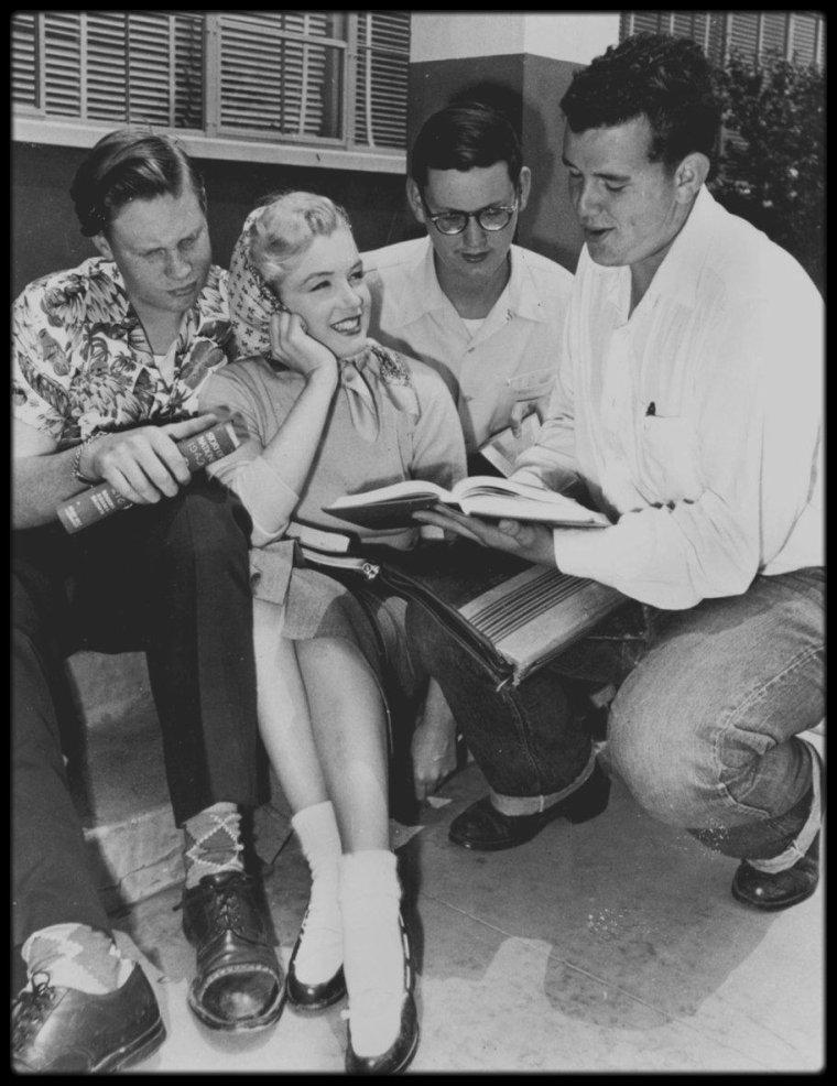 """1951 / Marilyn rend visite à son ancienne école où elle était scolarisée de 1941 à 1942, à la """"Van Nuys High School"""", aujourd'hui rebaptisée la """"Van Nuys Senior High School""""."""