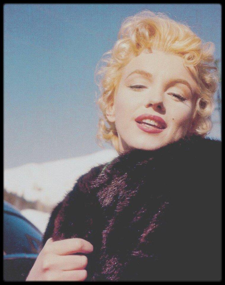 """1956 / Photos Milton GREENE et Zinn ARTHUR / Marilyn lors du tournage du film """"Bus stop"""", dans la scène finale se situant en Idaho à Sun Valley."""