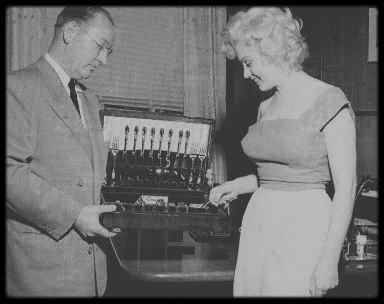 """1952 / Marilyn lors du tournage du film """"Niagara"""", découvrant la fameuse petite ville du même nom (Niagara falls), notamment visitant une coutellerie où elle se verra offrir une ménagère, reportage photographique du photographe Canadien Jock CARROLL."""
