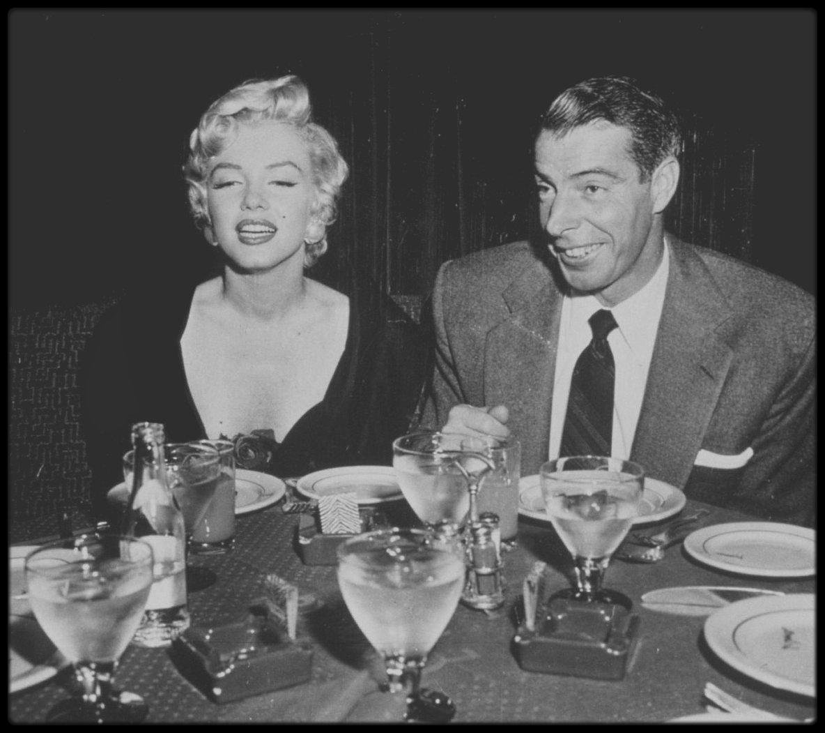 "12 Septembre 1954 / Marilyn et Joe dînent au restaurant à la mode de New York, le ""El Morocco""."