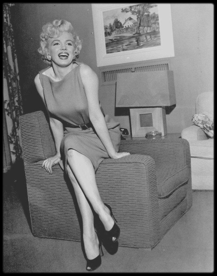15 Avril 1954 /  Marilyn tint une conférence de presse dans sa loge de la Fox et répéta avec Hal SCHAEFER. Elle travailla beaucoup avec Hal et Jack COLE (respectivement professeur de chant et chorégraphe) pour préparer les numéros dansés et chantés de « There's no business like show business ». Hal SCHAEFER était chargé de régler les quatre chansons de Marilyn dans le film, ainsi que quelques autres qu'elle enregistra pour RCA cette année là. Il avait déjà été son directeur musical dans « Gentlemen prefer blondes » et « River of no return ».