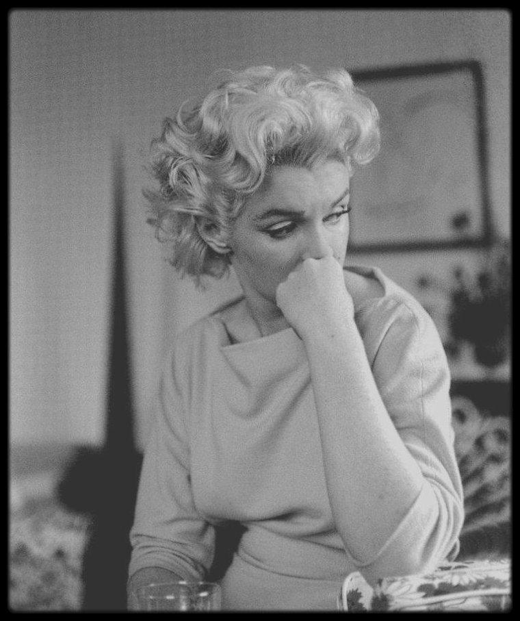 "1955 / Marilyn dans sa chambre à l'""Ambassador Hotel"" sous l'objectif du photographe Ed FEINGERSH."