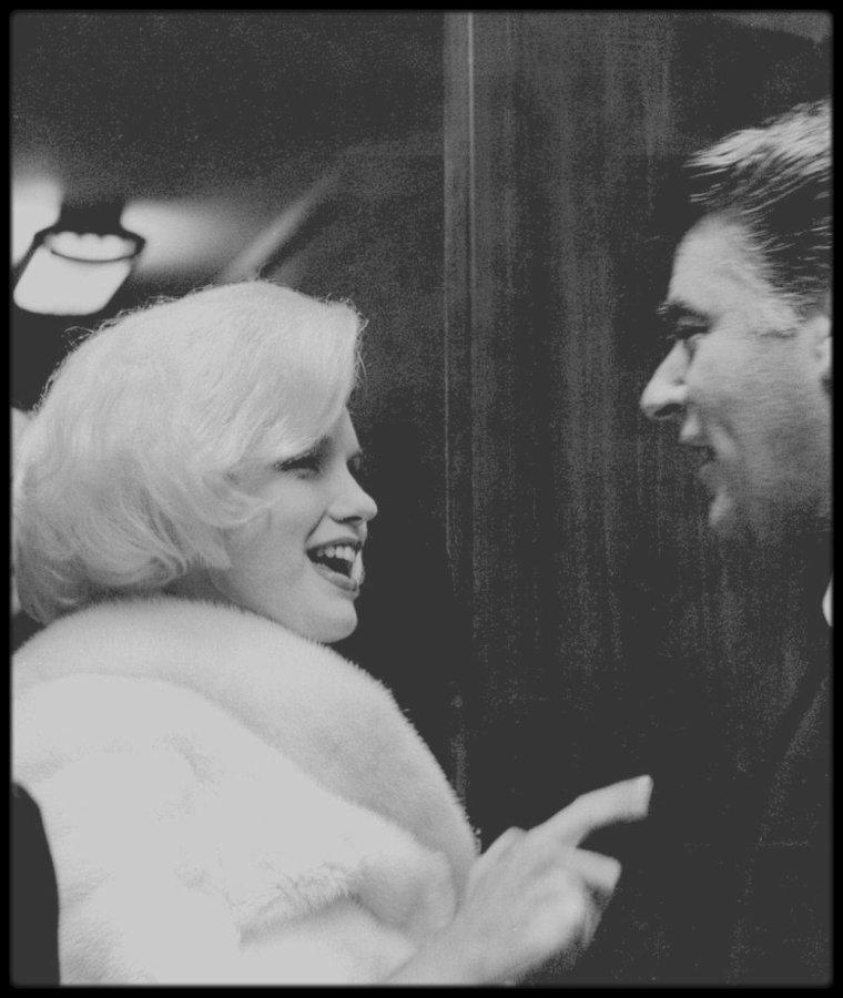 """19 Mai 1962 / Arrivée de Marilyn au """"Madison Square Garden"""", aux côtés de son attachée de presse Pat NEWCOMB et du père d'Arthur MILLER, avec lequel elle est restée en contact, Isadore MILLER, où elle est conviée afin de chanter l'hymne """"Happy birthday"""" au Président."""