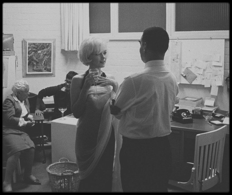 """17 Novembre 1961 / Photos Douglas KIRKLAND ; à propos : Il réalisa une séance photos avec Marilyn pour le numéro spécial du 25ème anniversaire du magazine """"Look"""". Il avait 26 ans et seulement un an d'expérience de photographe en free-lance pour les magazines de luxe. Au cours de la séance qui eut lieu le 17 novembre 1961, Marilyn demanda aux assistants de sortir de la pièce afin de rester seule avec lui : « Je pense que je devrais être seule avec ce garçon. Je pense que son travail n'en sera que meilleur. » dit Marilyn."""