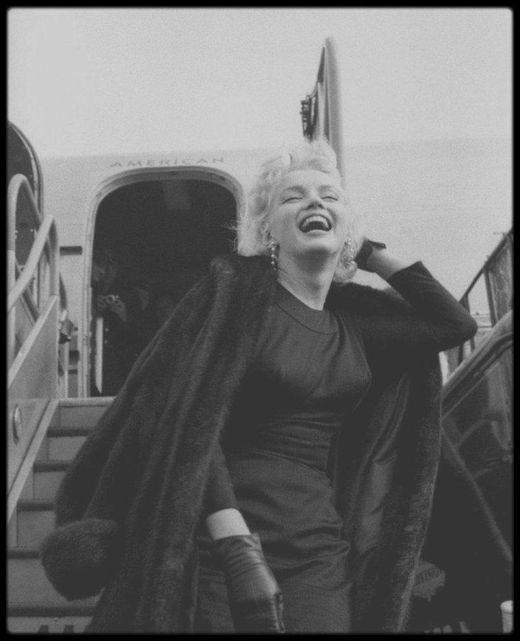 """15 Mars 1956 / Marilyn quitte New-york pour la ville de Phoenix, en Arizona, afin de tourner les extérieurs du film """"Bus stop"""" ; certaines photos sont signées Milton GREENE, qui d'ailleurs l'accompagne, d'autres de son plus grand admirateur du moment, James HASPIEL."""