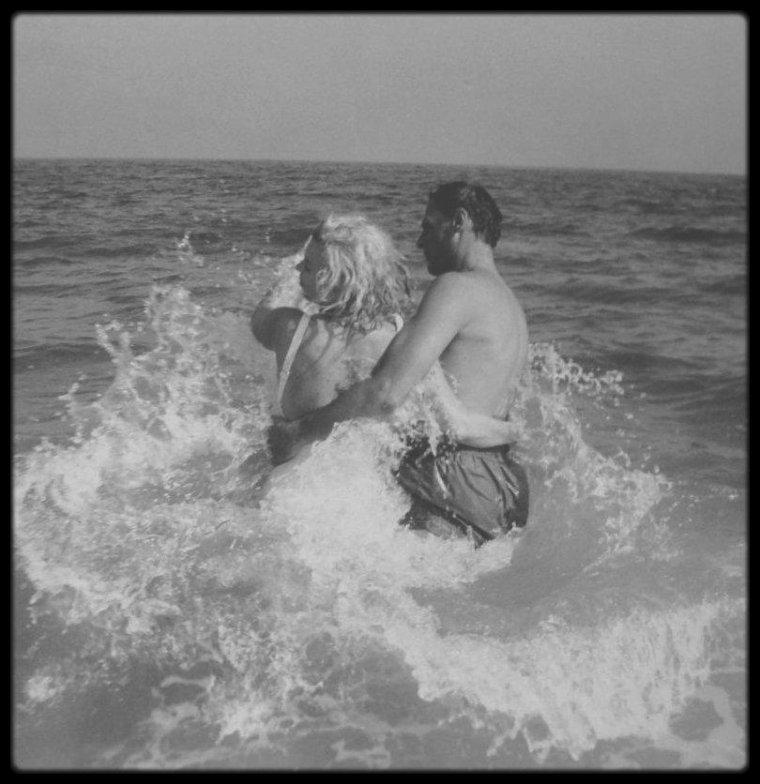 Eté 1957 / Marilyn et Arthur en vacances à Amagansett, où ce dernier possède une résidence, sur la plage d'Hampton beach sous l'objectif du photographe et ami Sam SHAW.
