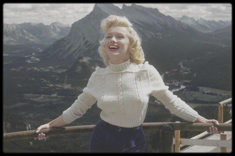 """1953 / Marilyn se trouve, pour les extérieurs du film """"River of no return"""", à Banff, au Canada, autour de la rivière Athabasca où certaines scènes du radeau seront tournés ; elle loge au """"Fairmont Banff Springs Hotel"""", où elle occupe la chambre 816. / A PROPOS DE L'HOTEL : Le """"Fairmont Banff Springs Hotel"""" est un hôtel situé dans la ville de Banff dans le Parc national Banff, en Alberta au Canada. L'hôtel, construit dans le Scottish baronial style, inspiré par les manoirs écossais, fut imaginé par l'architecte Bruce PRICE. Sa construction remonte aux années 1887-1888 et fut prise en charge par la compagnie du Canadien Pacifique dont le président, William Cornelius VAN HORNE, désirait offrir à ses passagers des hôtels de qualité tout au long de la route vers l'Ouest.  L'hôtel venait à peine de clôturer une période de travaux de modernisation et d'agrandissement qui avait duré une vingtaine d'années, lorsqu'il fut détruit par un incendie en 1926. Il est reconstruit dans sa disposition actuelle deux ans plus tard, en 1928. En 1968, l'établissement est aménagé pour pouvoir accueillir des clients en hiver, et depuis, il est ouvert toute l'année.  Sous la direction du propriétaire actuel, """"Fairmont Hotels and Resorts"""", l'hôtel a récemment connu d'importants travaux de rénovation ; cependant, son style d'origine n'a pas été modifié. Un important changement a été l'ajout d'un spa de classe mondiale. Un défaut de construction d'origine a aussi été corrigé pendant cette rénovation : l'entrée et le salon donnaient sur la rivière et non sur la montagne. On raconte que l'architecte aurait déclaré « you built my hotel backwards ! » (« Vous avez construit mon hôtel à l'envers ! »).  L'hôtel se trouve dans un cadre exceptionnel, au c½ur des Montagnes Rocheuses, juste au-dessus des chutes Bow (Bow Falls), près de sources chaudes qui sortent à 39 °C de la terre. Depuis l'hôtel, on peut rejoindre à pied la ville de Banff. La vue principale depuis l'hôtel est le mont Rundle qui se trou"""