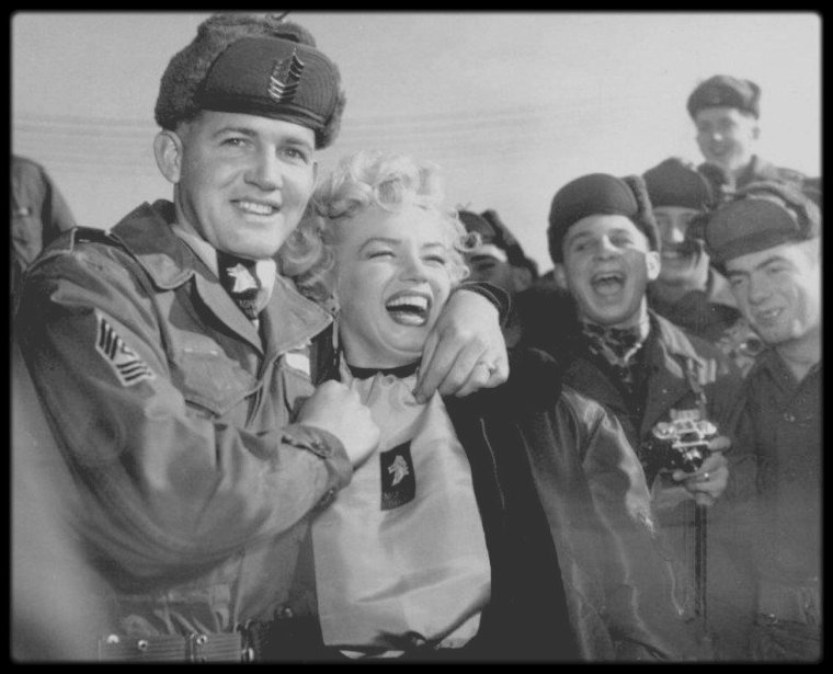1954 / Marilyn lors de sa visite en Corée, se voit remettre par le sergent Guy MORGAN, une écharpe de satin avec le logo de son régiment. (part III).