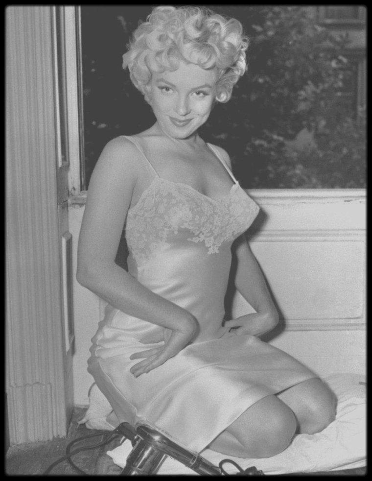 """1954 / Marilyn en combinaison sous l'objectif de Sam SHAW lors du tournage du film """"The seven year itch""""."""