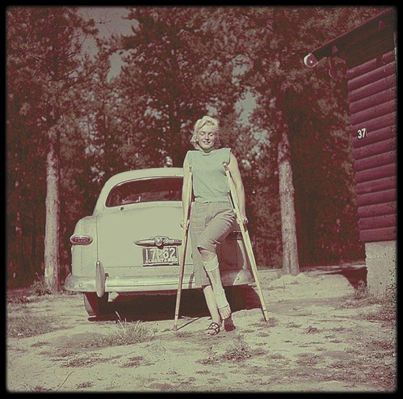 """1953 / Rare candide de Marilyn à Banff, au Canada, alors qu'elle tourne les extérieurs du film """"River of no return""""."""