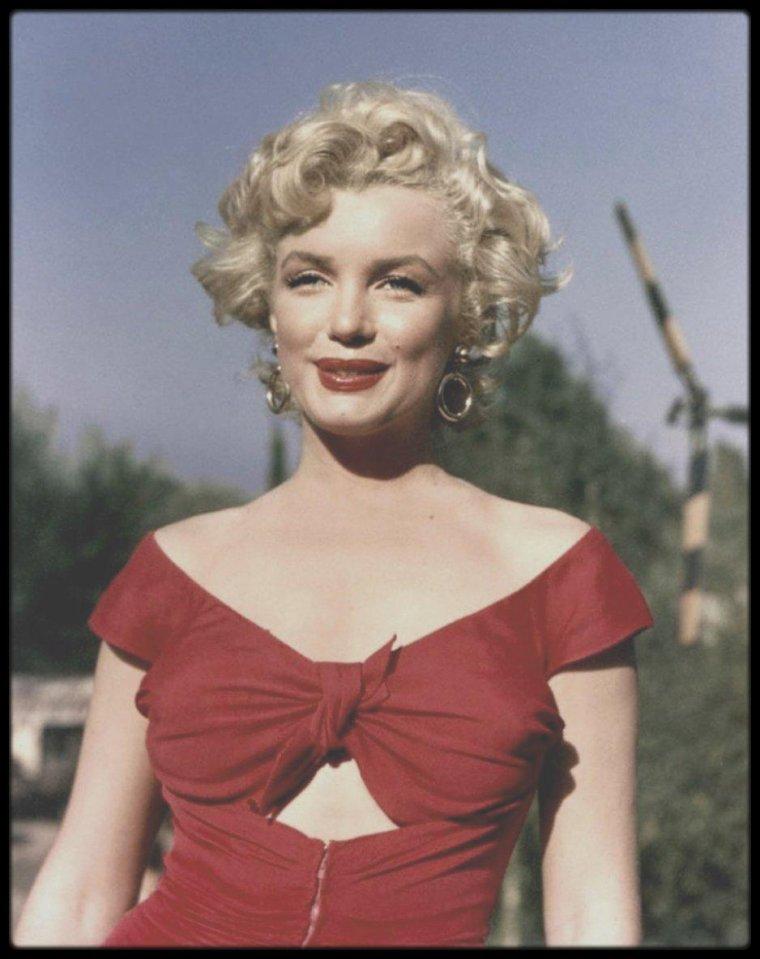 3 ao t 1952 part iii c 39 est avec une des robes port e dans le film niagara que marilyn se - Temps de portee d une chienne ...