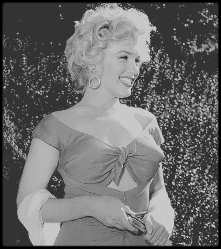 """3 Août 1952 / (part III) C'est avec une des robes portée dans le film """"Niagara"""", que Marilyn se rend à une fête donnée en son honneur par le chef d'orchestre Ray ANTHONY. Outre de nombreuses célébrités conviées, on pouvait également croiser à la fête, la célèbre chienne Lassie, avec laquelle Marilyn posa pour les objectifs de Bob WILLOUGHBY, Bruno BERNARD, Earl THEISEN ou encore Lani CARLSON."""