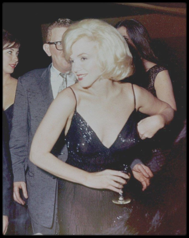 """13 Mars 1961 / Marilyn est conviée à un gala de charité organisé à la """"Roseland Dance City"""" par Paula et Lee STRASBERG. Lors de la soirée, Marilyn lègue son vison dont les bénéfices de la vente aux enchères ont été reversés à l'association de l'Actors Studio ; Lors de la soirée Marilyn s'ennuie !"""